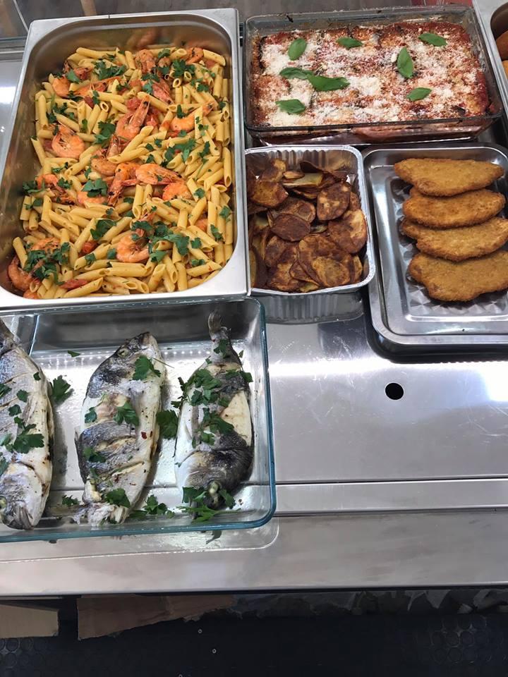 Pesce, pollo, fiori di zucca e pasta con gambero