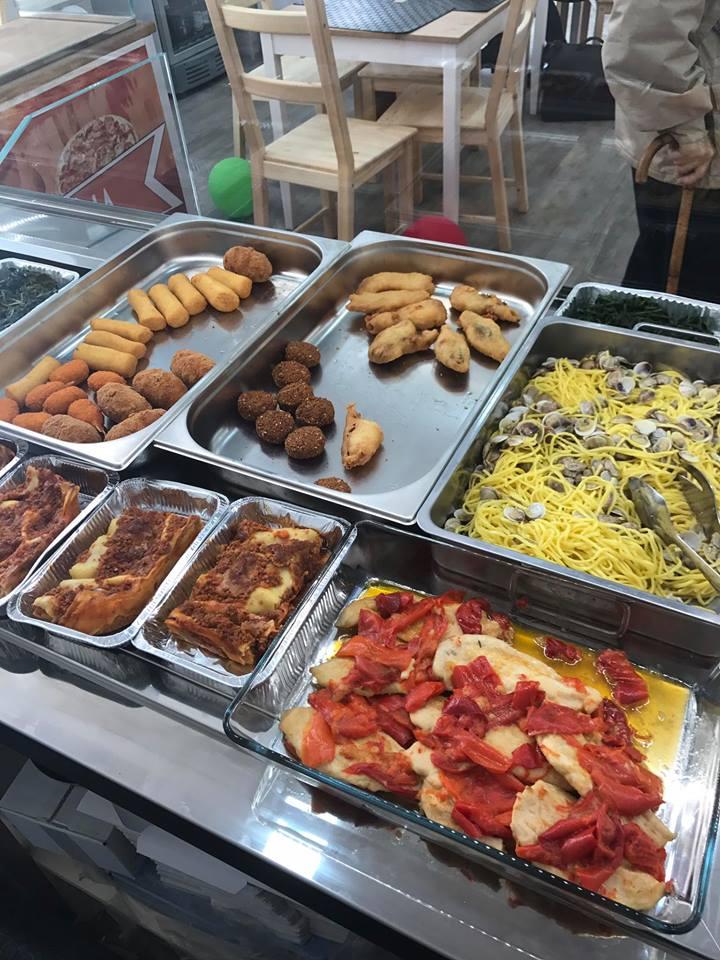 Lasagna, pollo con peperoni e antipasti svariati