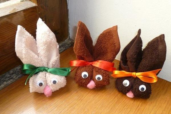 Origami a forma di conigli con asciuga mani