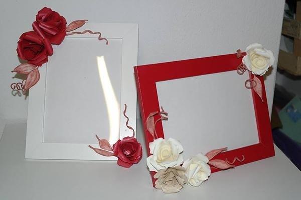 Cornici bianche e rosse decorate con rose