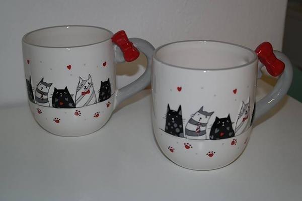 Tazze bianche con stampa gatti e cuori rossi