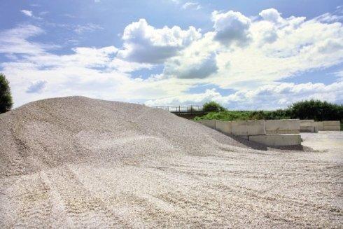 In assortimento anche sabbia e sassi per edilizia