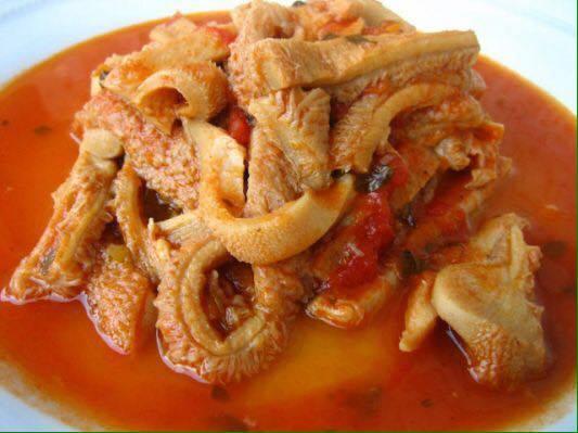 un piatto a base di pesce e sugo di pomodoro