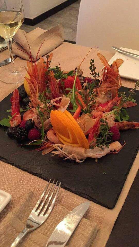 un filetto di pesce con del limone e altre verdure