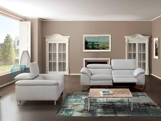 una sala con un divano in pelle con recliner