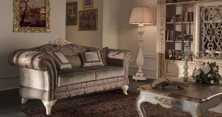 una sala con un divano e un tavolino in legno a disegni classico