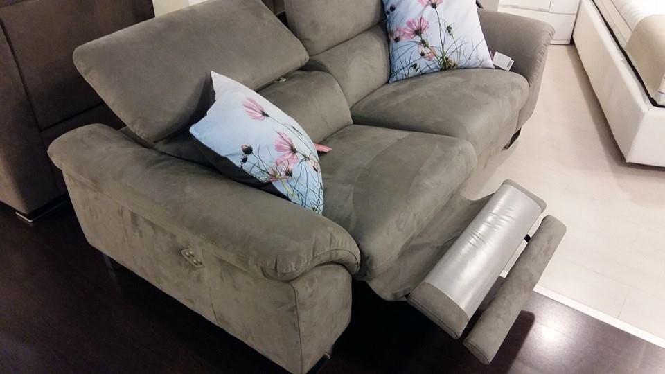 un divano a due posti con recliner