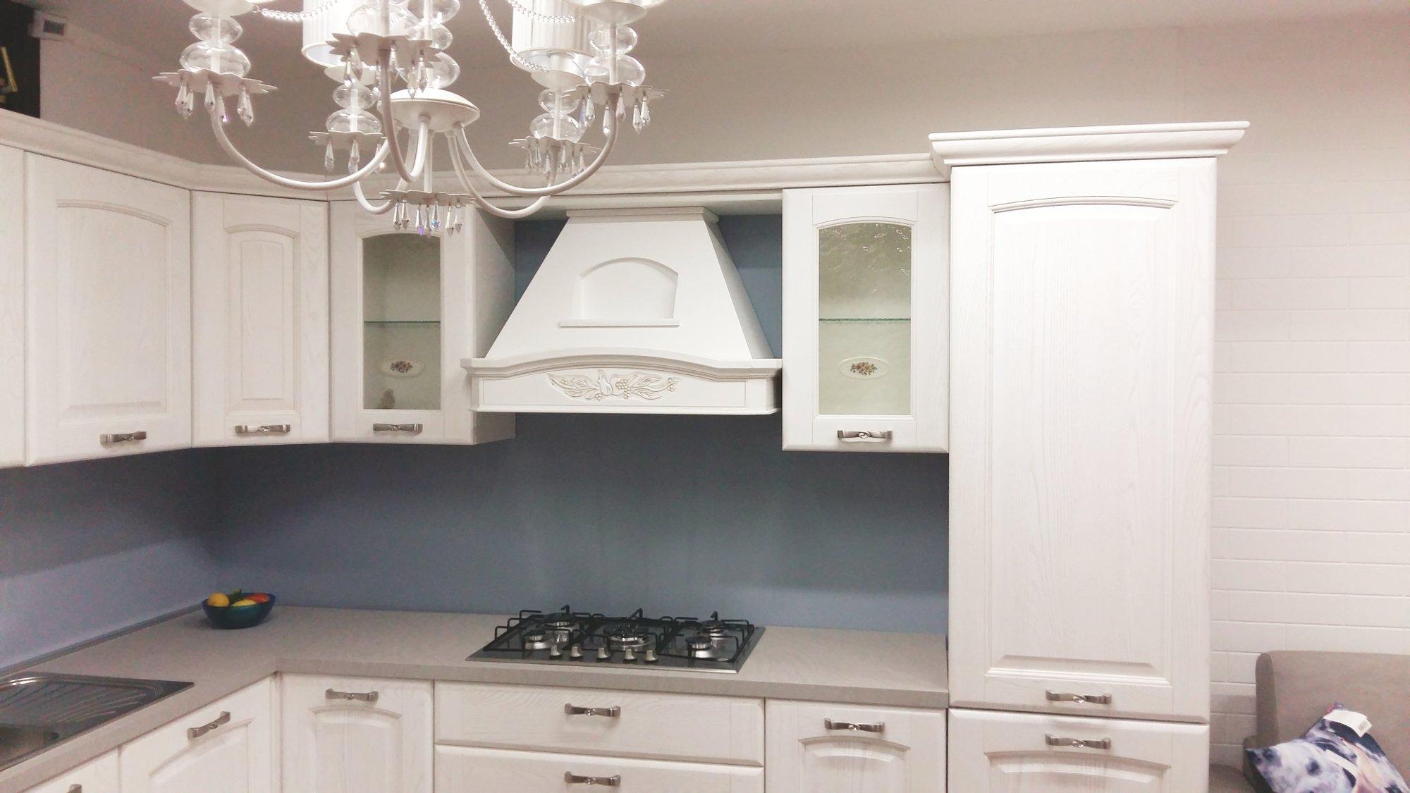 una cucina angolare  in legno di color