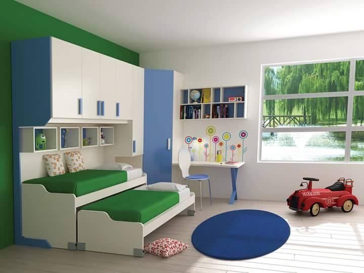 una cameretta con due letti singoli e armadio di color bianco e azzurro