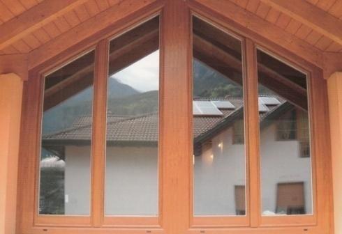 Finestra con inserti in legno