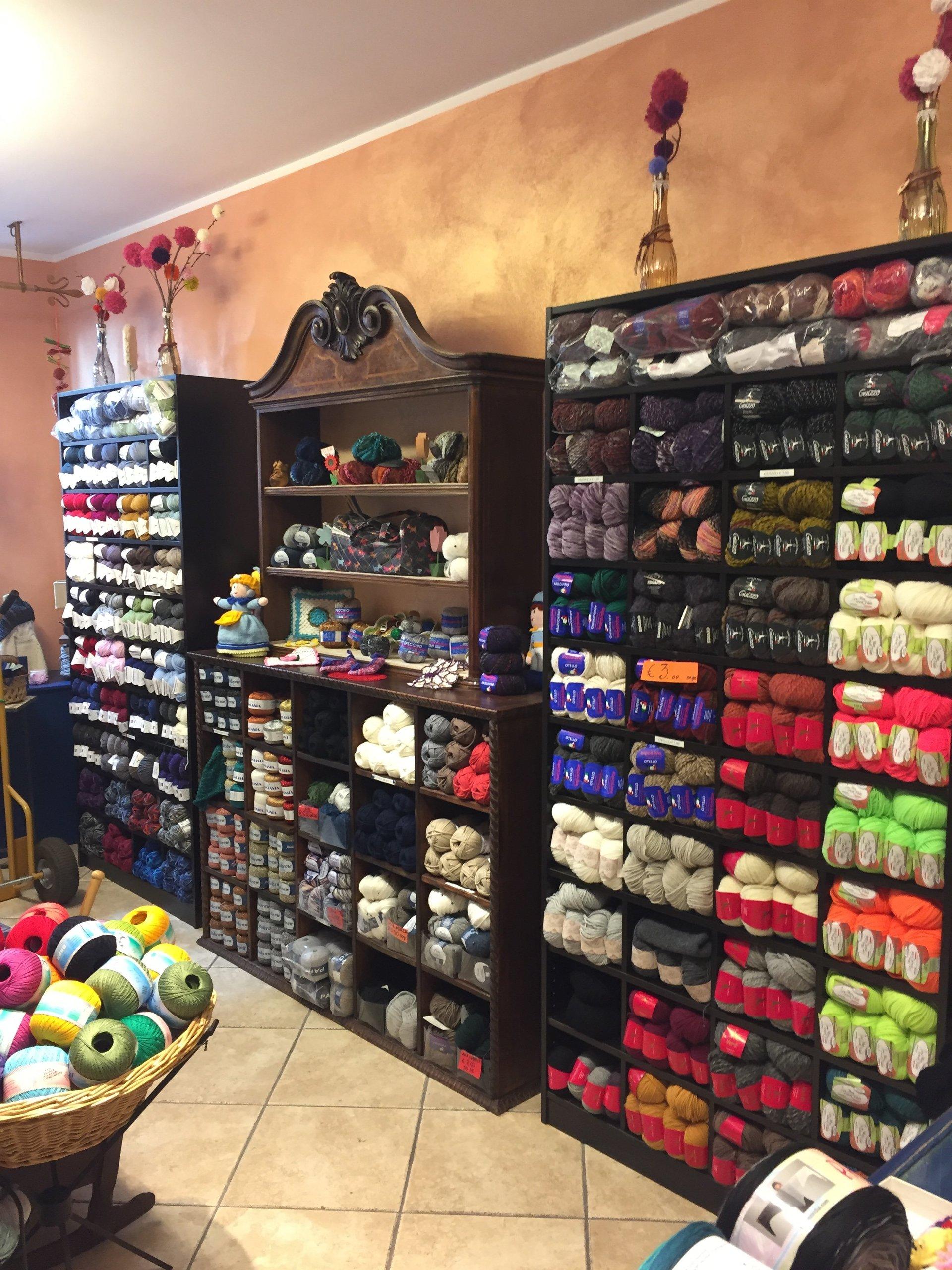 Scaffali con prodotti in lana in vendita