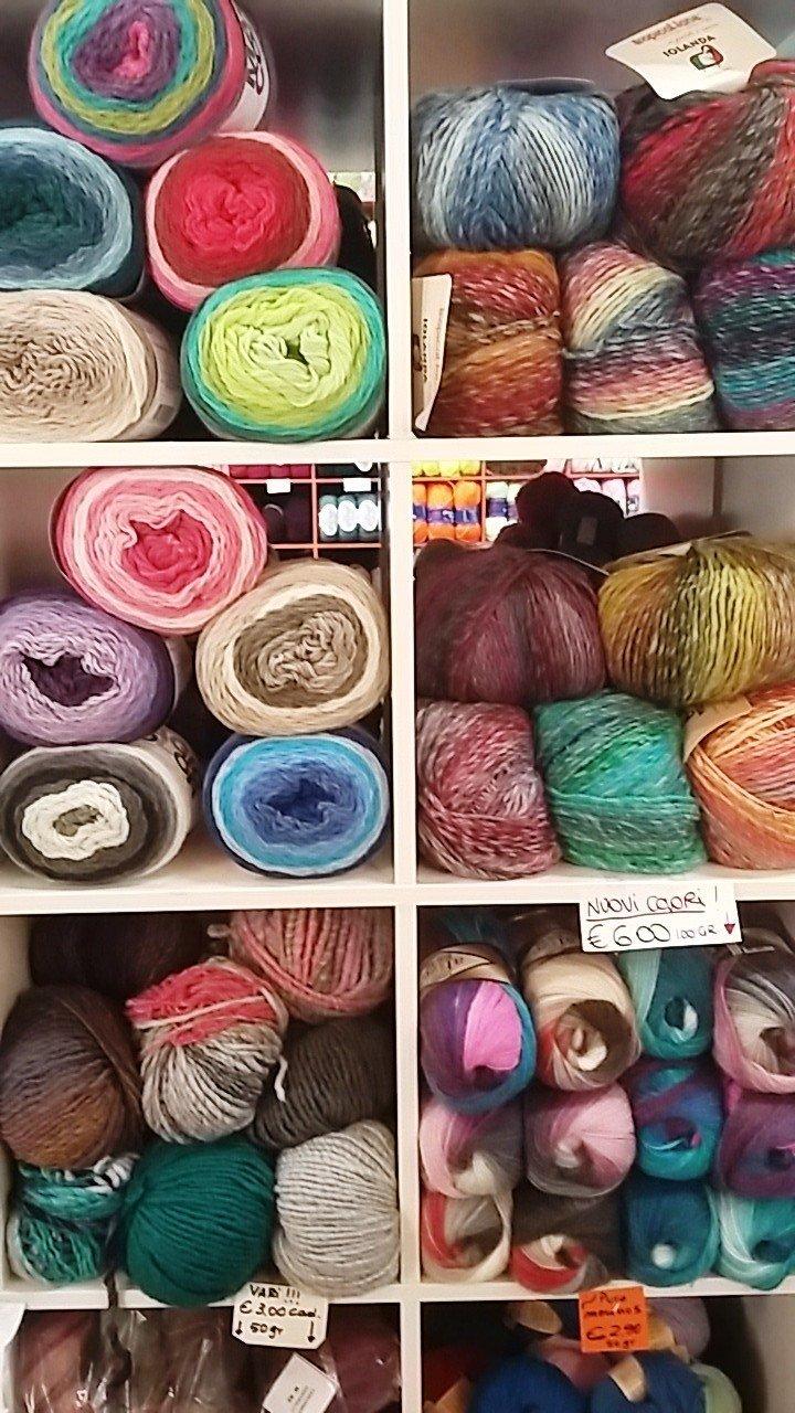 Espositore con fili e prodotti in lana