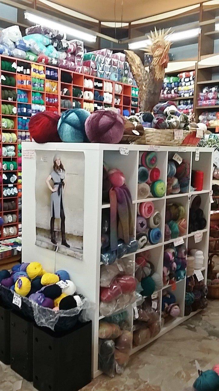Scaffale con lane e prodotti in lana