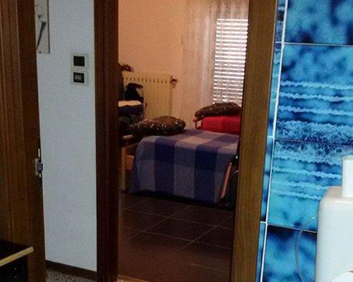 Interno di una camera della casa alloggio per gli anziani a Siracusa