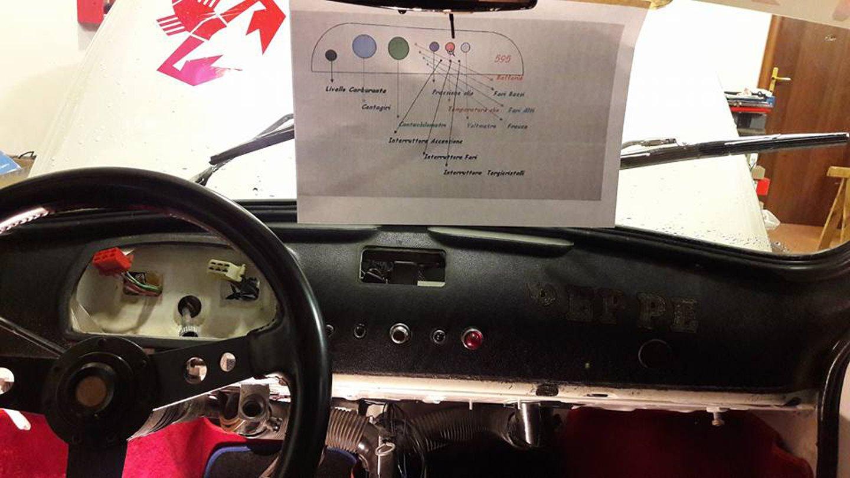 Cruscotto di un'auto prima dell'installazione della radio