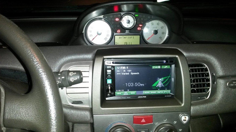 stereo di un auto multifunzione con touch screen