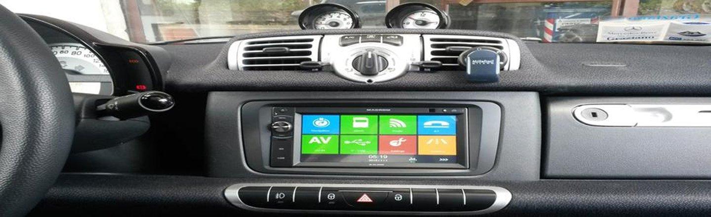 cruscotto di un auto con radio touch screen