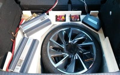 componenti elettroniche dell'impianto audio-video sotto il cofano