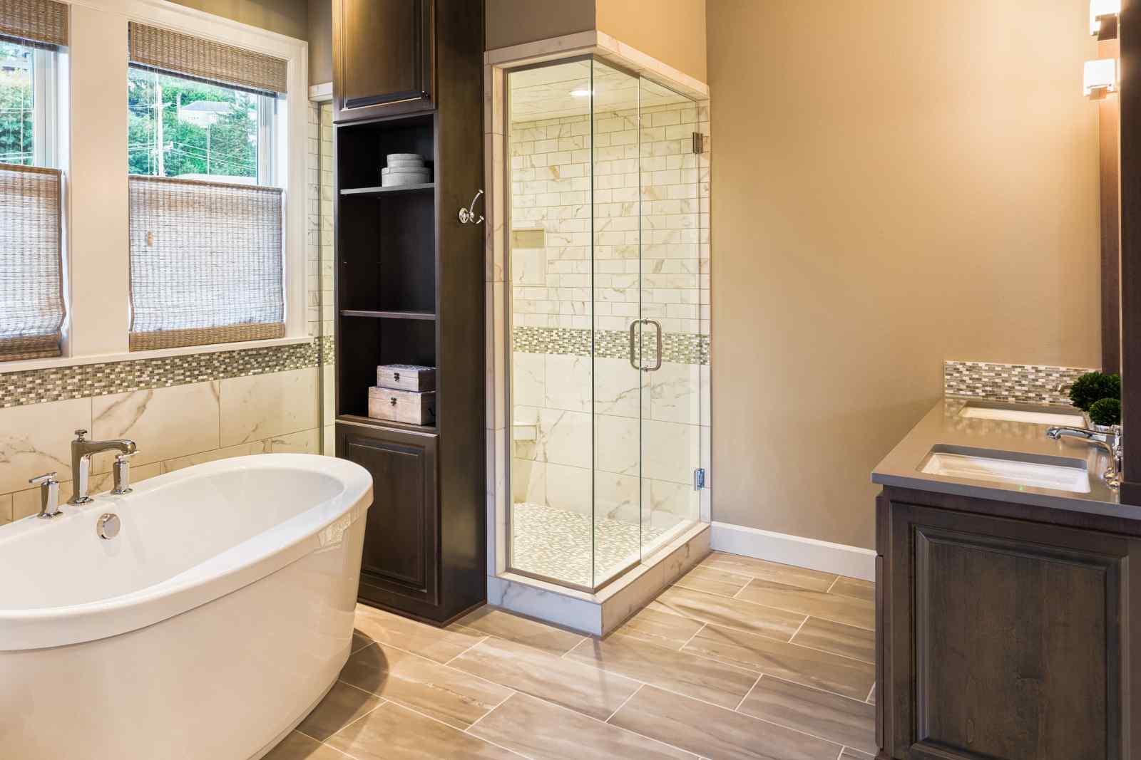 Bagno in marmo venature., legno e vetro