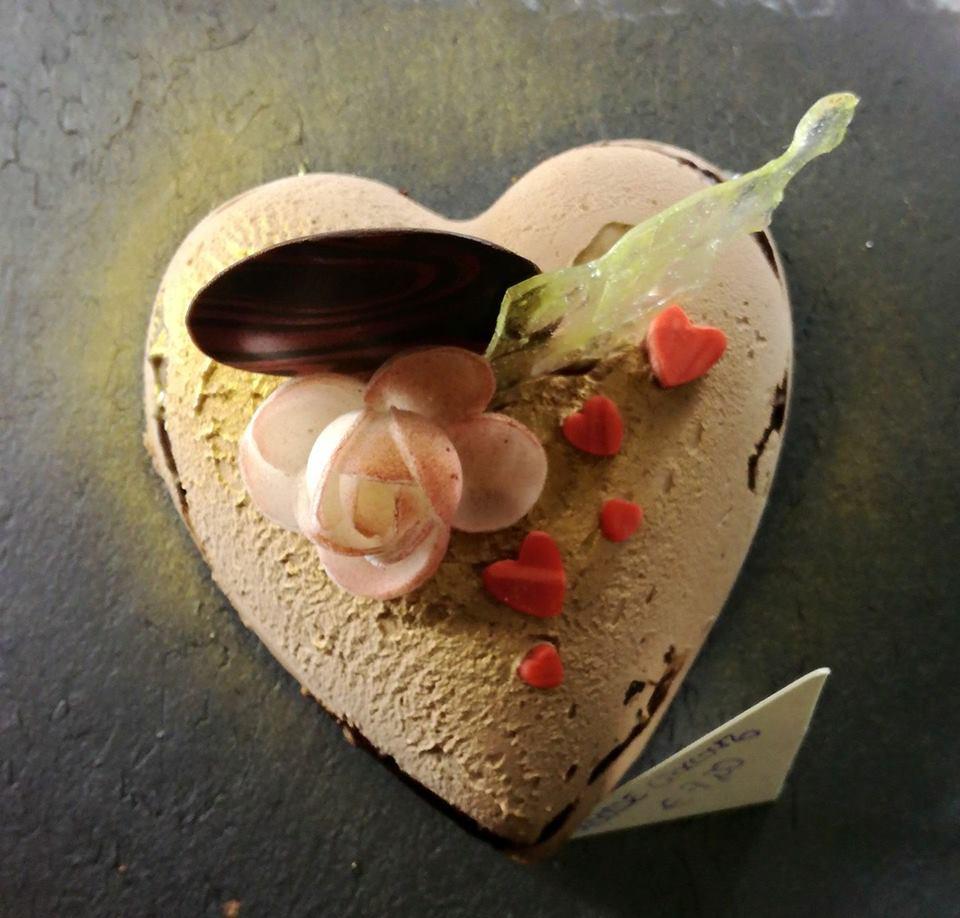 Torta in forma di cuore con una rosa