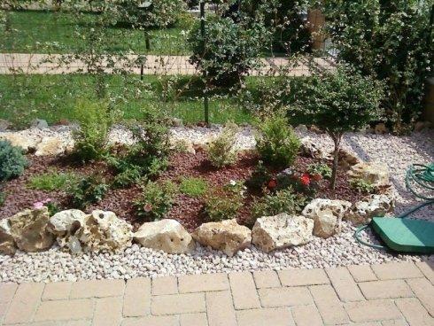giardino con rocce e pavimentazione