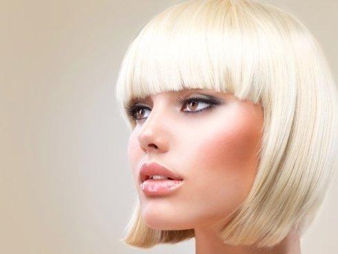 Proponiamo acconciature per donne e per ragazze con capelli lisci, lunghi o corti.