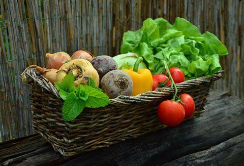 un cestino con dentro della verdura