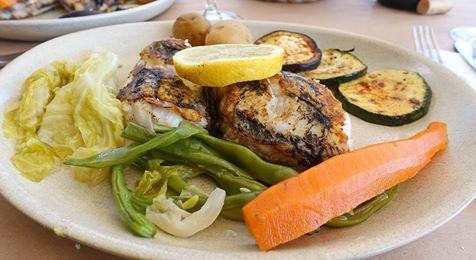 un piatto a base di pesce e verdure