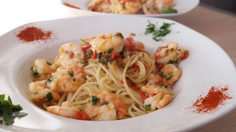 un piatto di spaghetti al sugo con gamberi