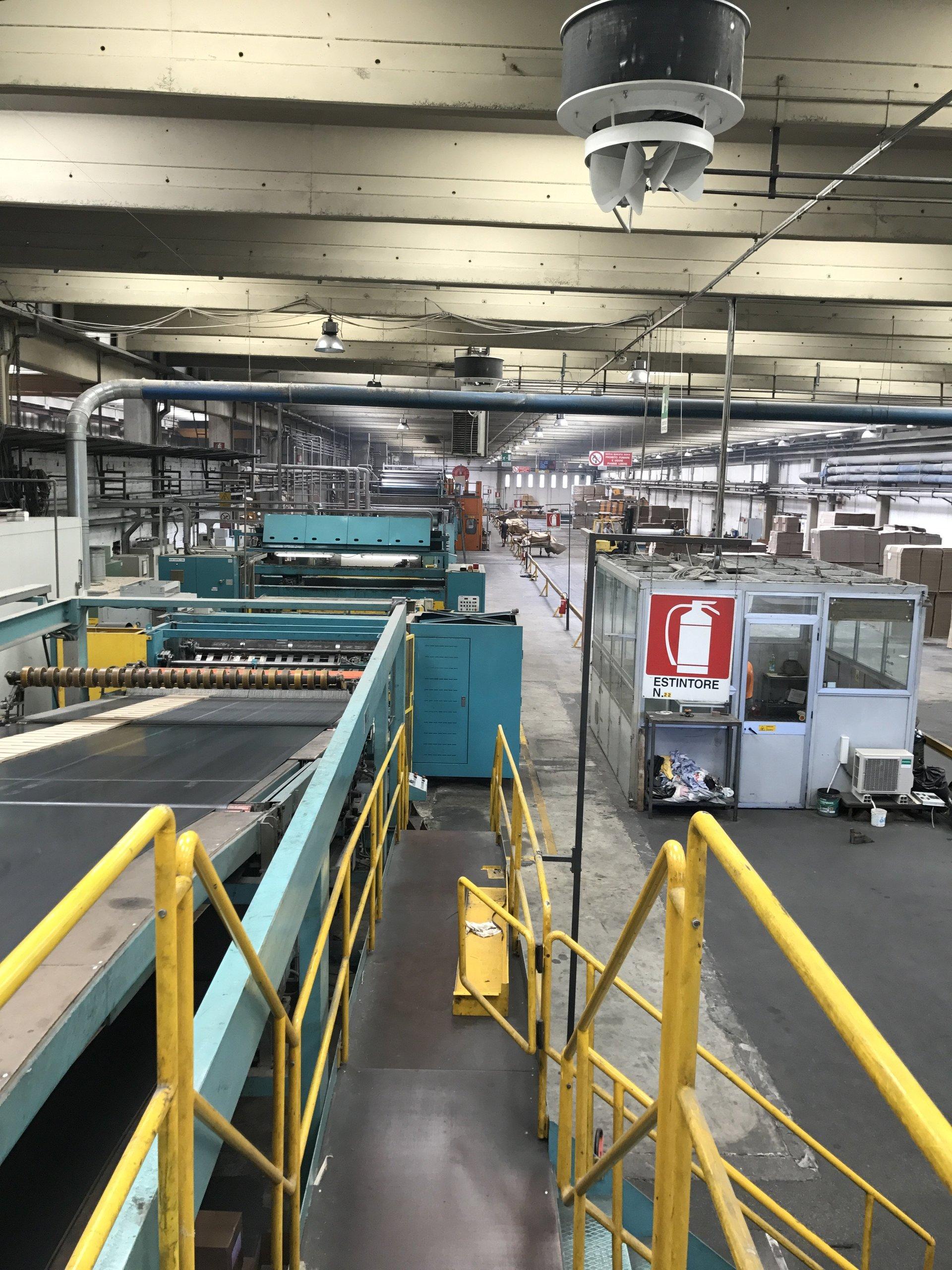 rullo trasportatore  nel magazzino di produzione degli scatoloni
