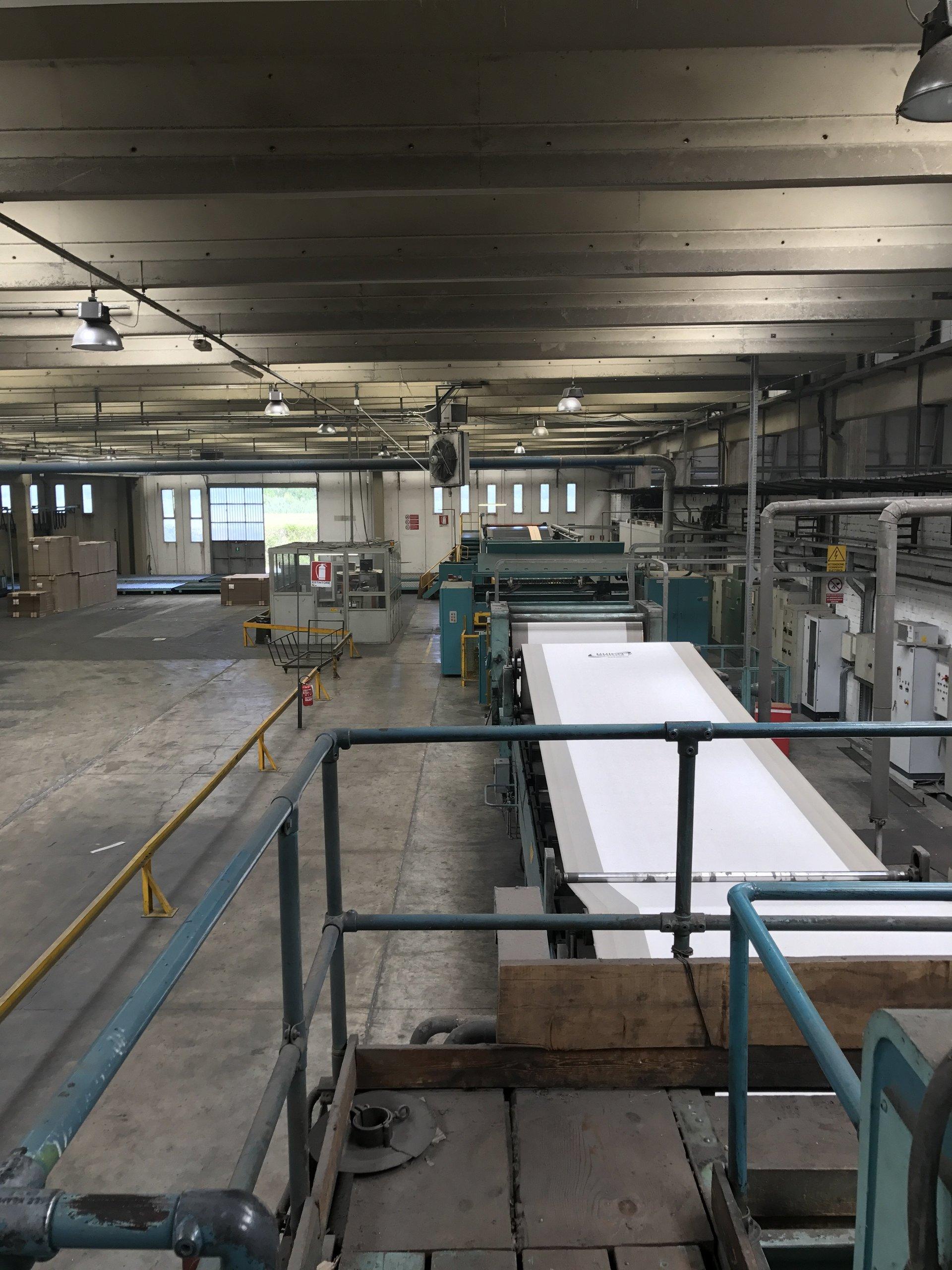 macchinario di produzione scatoloni  nel magazzino