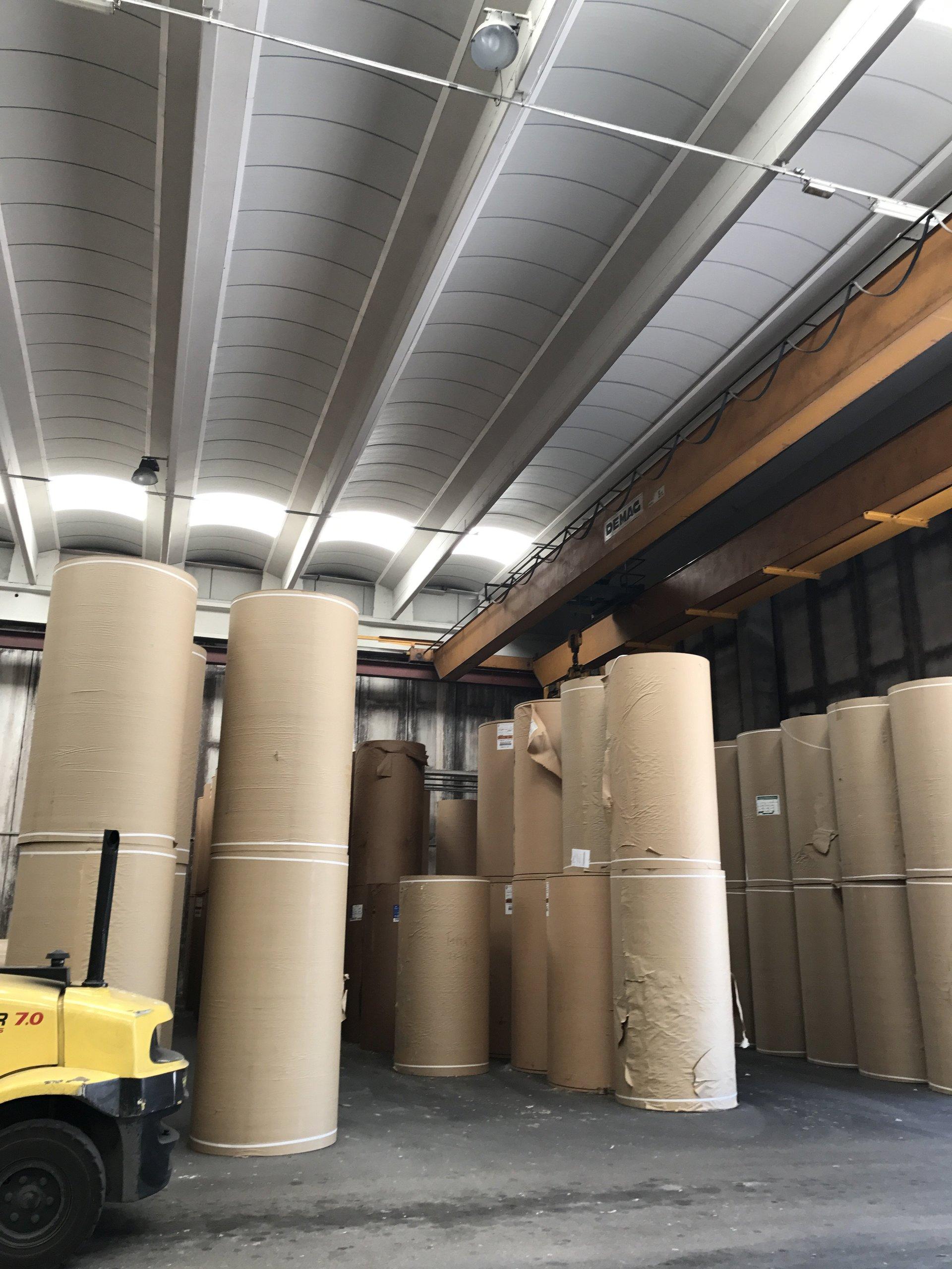 deposito di rulli di cartone nel magazzino