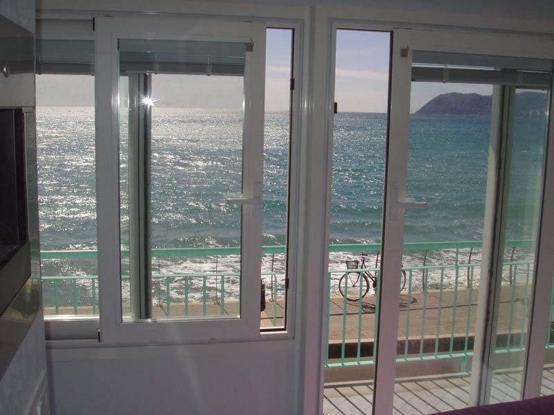 porta finestra scorrevole con vista sul mare