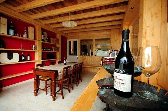foto del negozio interno con una bottiglia di vino