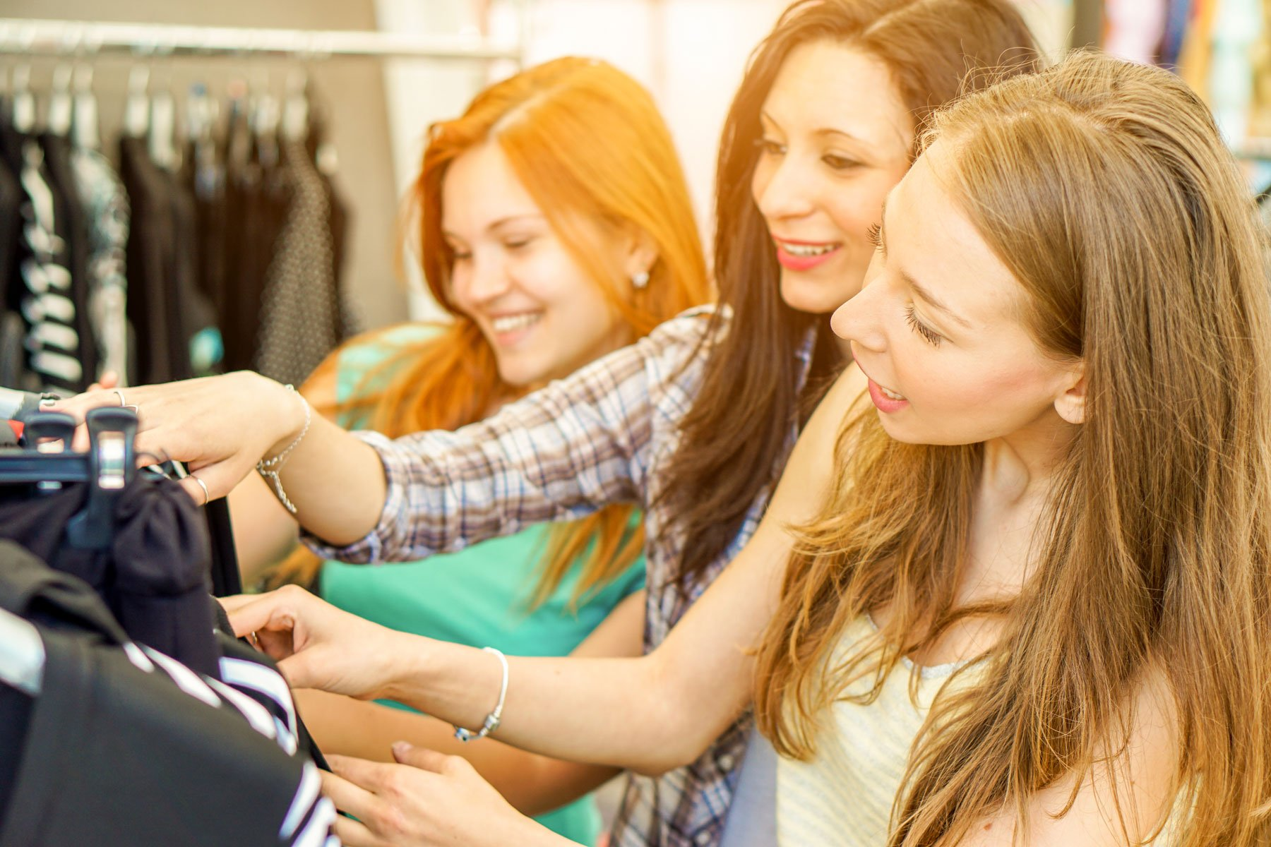 Giovani donne felici che fanno shopping al mercato del panno settimanale