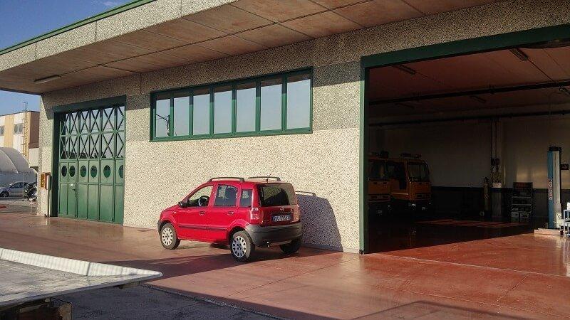 esterno dell'officina con auto parcheggiata