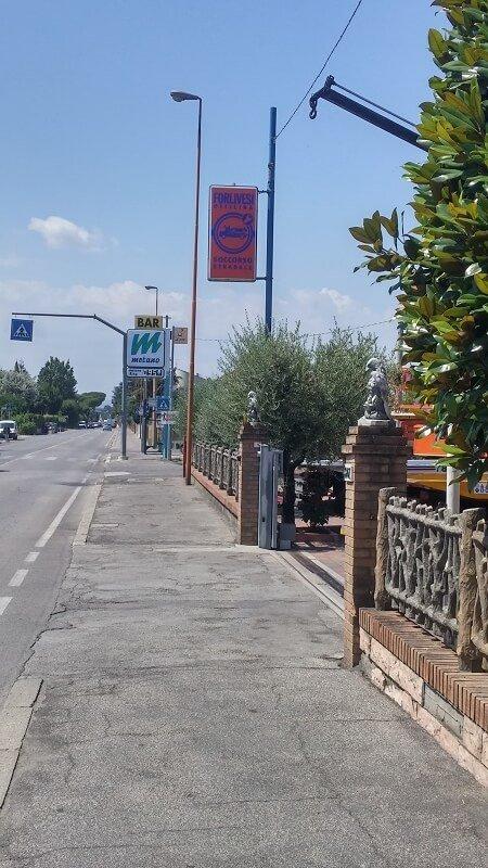 cancello d'ingresso dell'officina con cartello