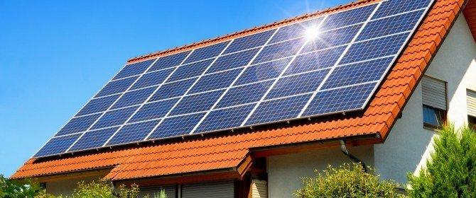 dei pannelli solari sul tetto di una casa