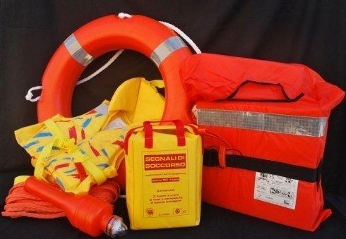 Vendita di articoli per il soccorso in mare, tra cui salvagenti, segnali di soccorso e giubbotti di salvataggio.
