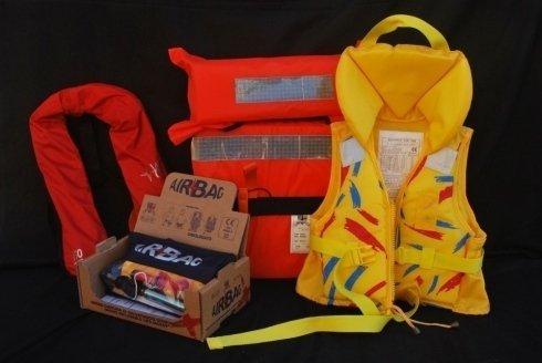 Nel negozio troverete diversi accessori per barche a vela, così come giubbotti di salvataggio delle migliori marche.