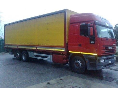 vista laterale di un camion giallo e rosso