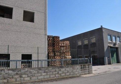 edificio industrale con casse di pallet in angolo
