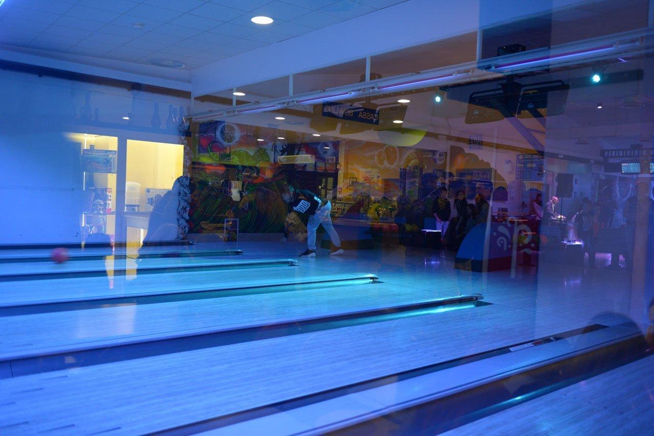 palla da bowling al centro della pista