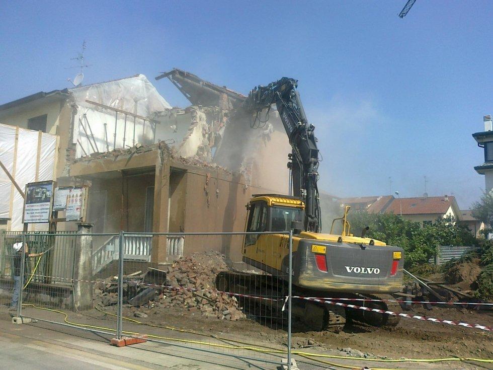 Macchina demolendo la casa