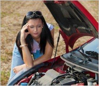 Donna preoccupata con la macchina in avaria