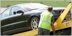 operaio carica l'auto sul carro attrezzi