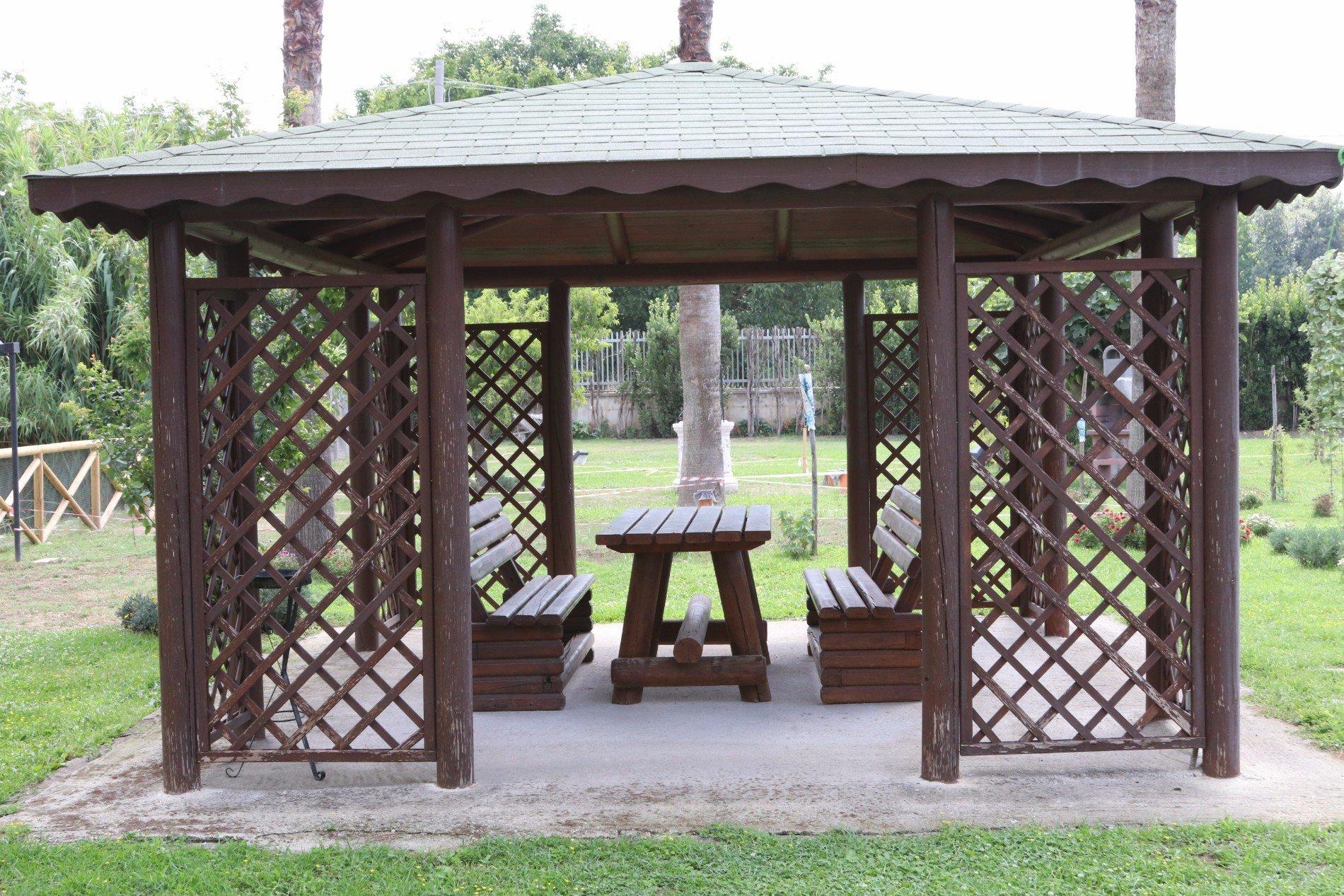 gazebo in legno della tenuta