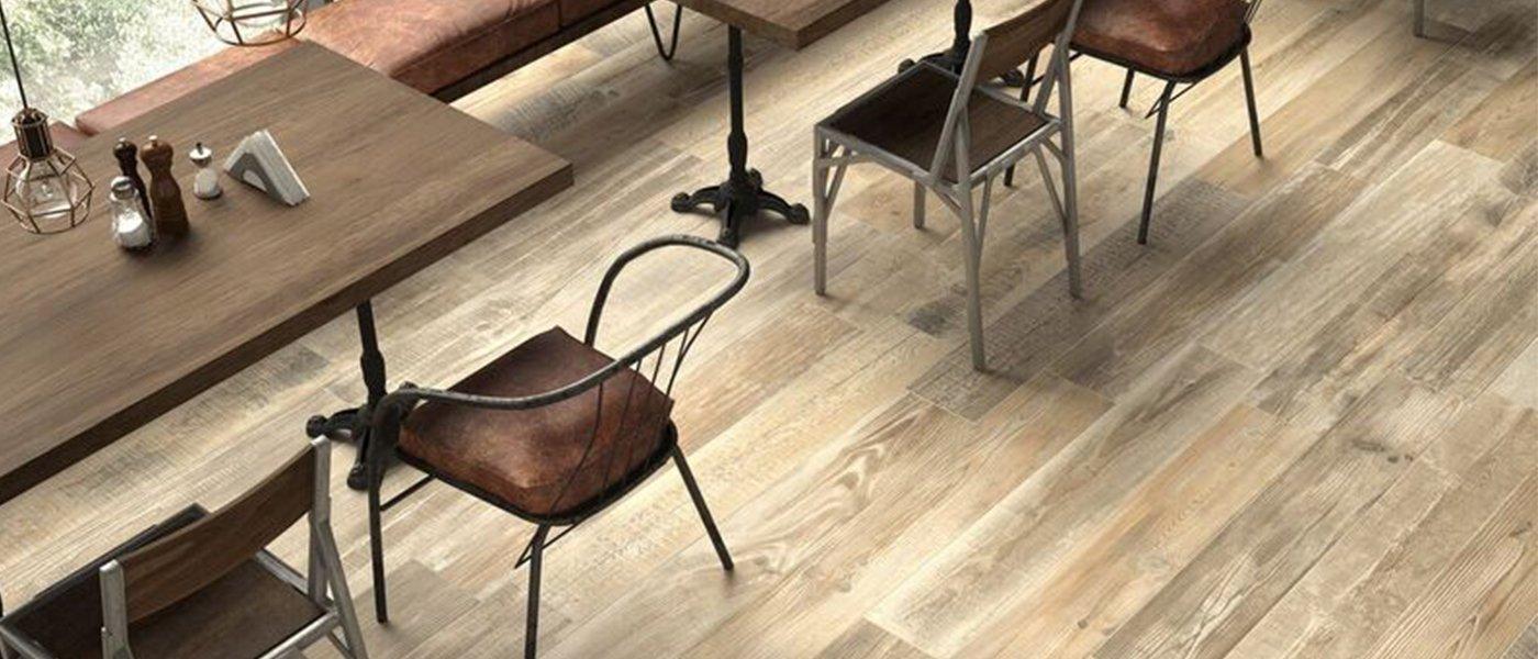 delle sedie e dei tavoli di legno