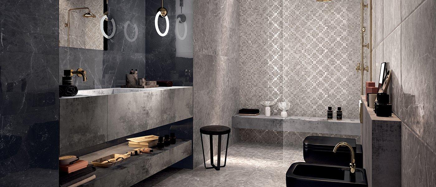 vista di un bagno in marmo grigio con sanitari di color nero e box doccia al centro