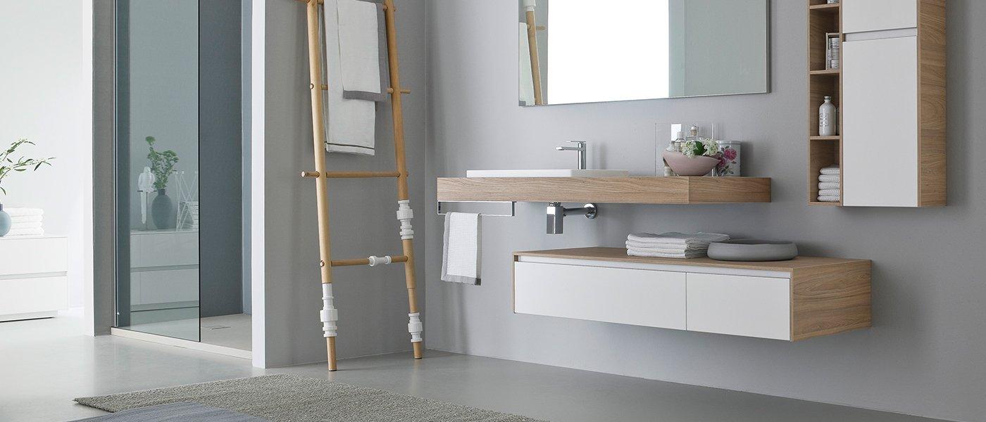 un bagno moderno bianco e grigio